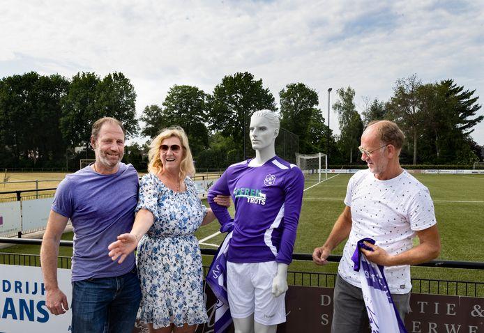 Lokale boeren gaan voetbalclub SSE sponsoren. Vlnr: Corné Dirven, Patricia Martens, Theo Vestjens bij het nieuwe shirt met de kreet 'Boerentrots'.