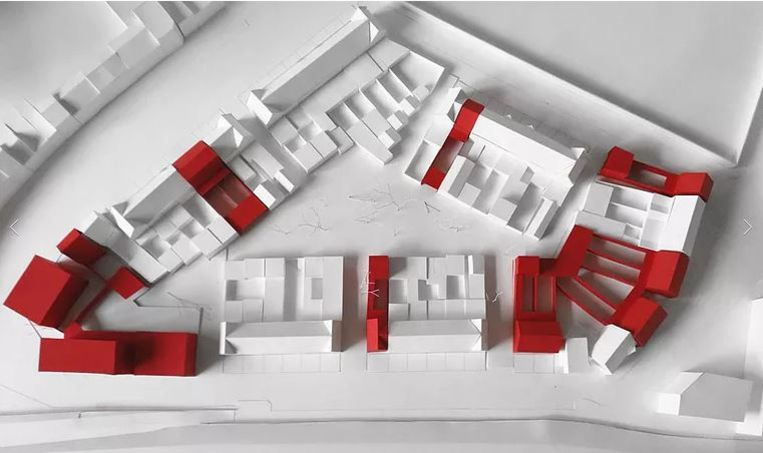 De twaalf nieuwe rijhuizen en de zestien nieuwe flats (links onderaan) in De Gouden Driehoek. De nieuwe panden zijn in het rood aangeduid.