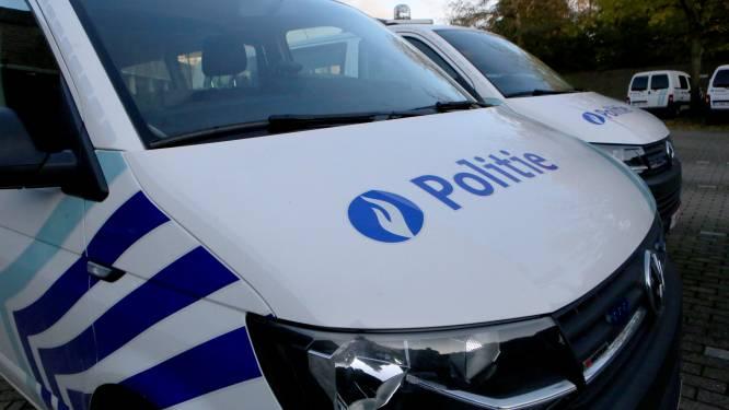Hallucinant: bromfietser onder invloed van speed brengt bejaarde ten val tijdens vlucht, ramt politiewagen, blijkt levenslang rijverbod te hebben én heeft bijl op zak