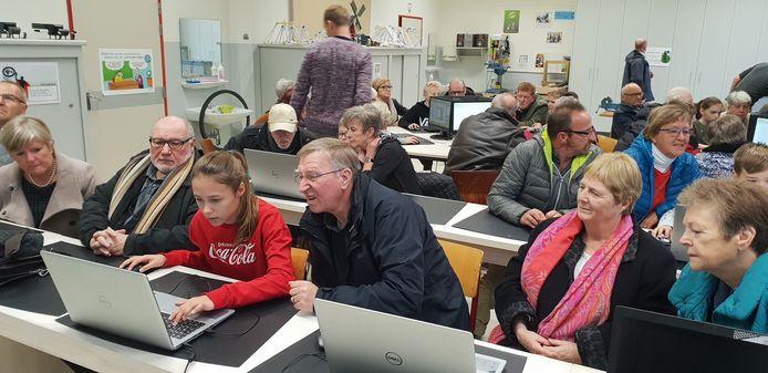 Kleinkind en grootouders kropen samen achter de computer