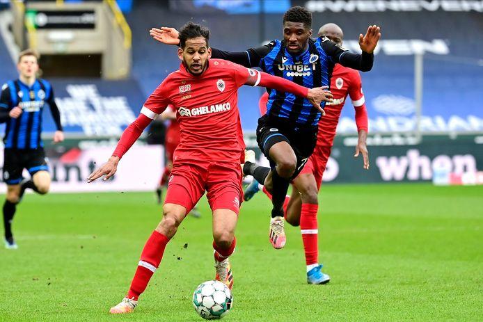 Faris Haroun houdt Clinton Mata van Club Brugge af.