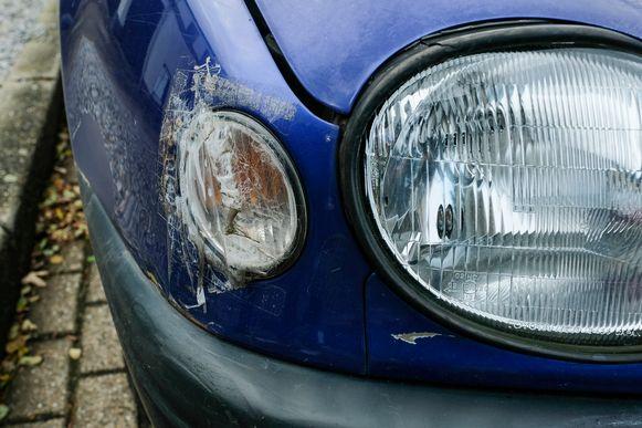 Koppel wordt geterroriseerd door buurtjongens: de pinker van de auto werd ingeslagen