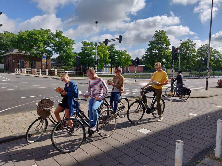 Jongeren lezen weer massaal boeken op de fiets. Beeld