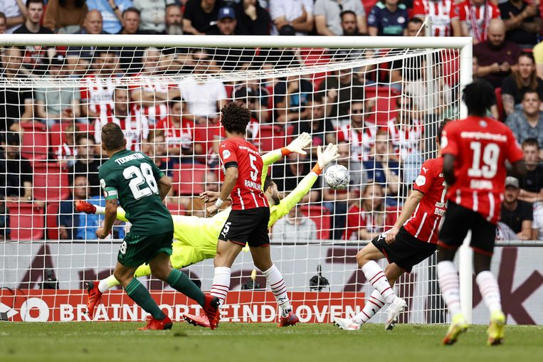 Jens Toornstra (l) maakt de 0-1 tegen PSV. Beeld ANP