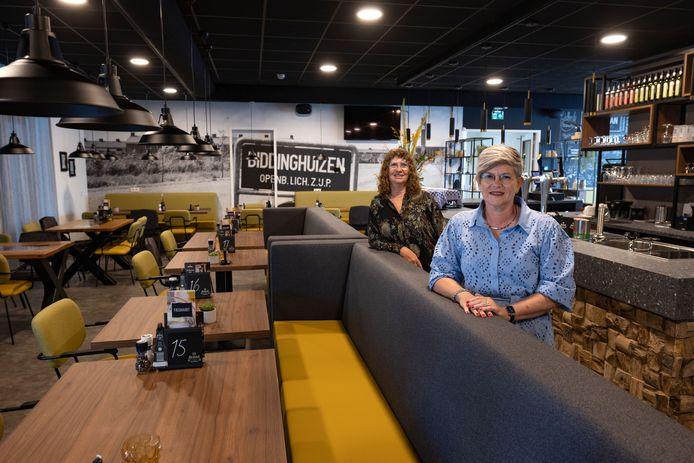 Wilma Foppen (rechts) en Jacoline Hoek zijn als bestuursleden van de Stichting MFG2 tonen vol trots het nieuwe dorpshart van Biddinghuizen. Horecagelegenheid en tevens sportkantine De Buurman is klaar voor de eerste eetgasten.