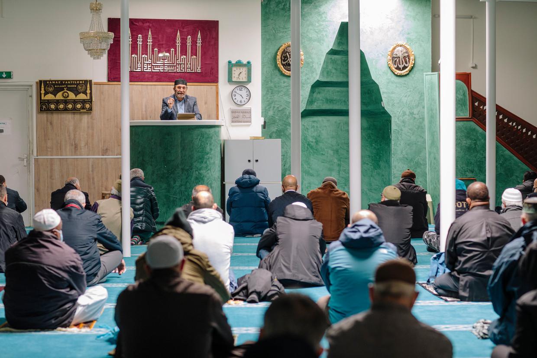 De Mevlanamoskee in de Kolenkitbuurt tijdens het vrijdagmiddaggebed. De spreker op de foto komt niet voor in dit artikel.  Beeld Marc Driessen
