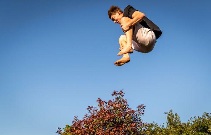 Bram Verhofstad trainde in coronatijden op de trampoline bij zijn ouders in Overloon.