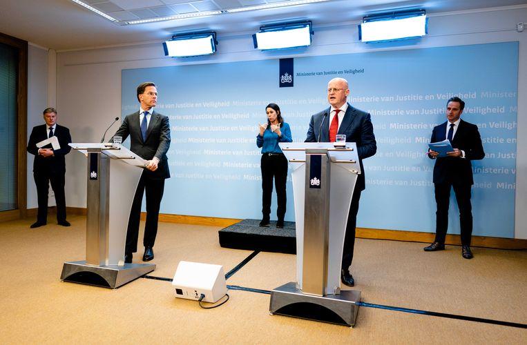 Rutte en Grapperhaus, bij een persconferentie maandag. Beeld ANP