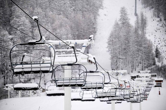 Een verlaten stoeltjeslift in het Franse skioord Val d'Isère.