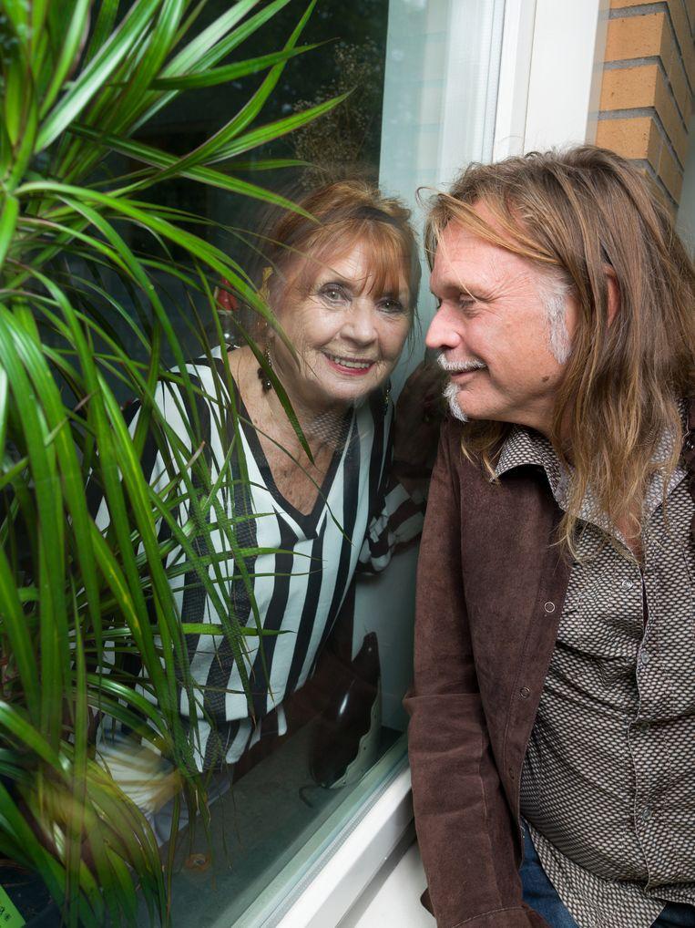 Typex en zijn moeder bij haar huis in Amsterdam. Beeld Ivo van der Bent