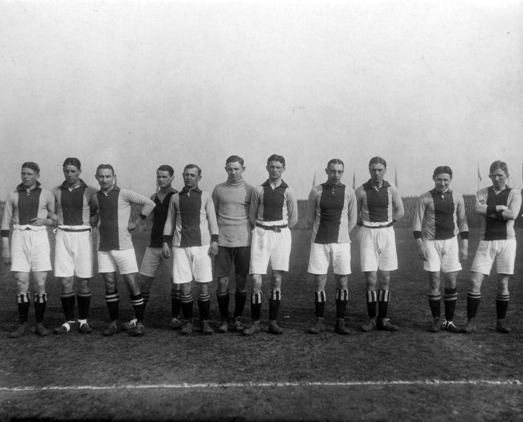 Het elftal van Ajax voor de aftrap tegen Blauw Wit (uitslag 0-0), in maart 1918. Beeld Nationaal Archief/Collectie Spaarnestad/Het Leven/Fotograaf onbekend