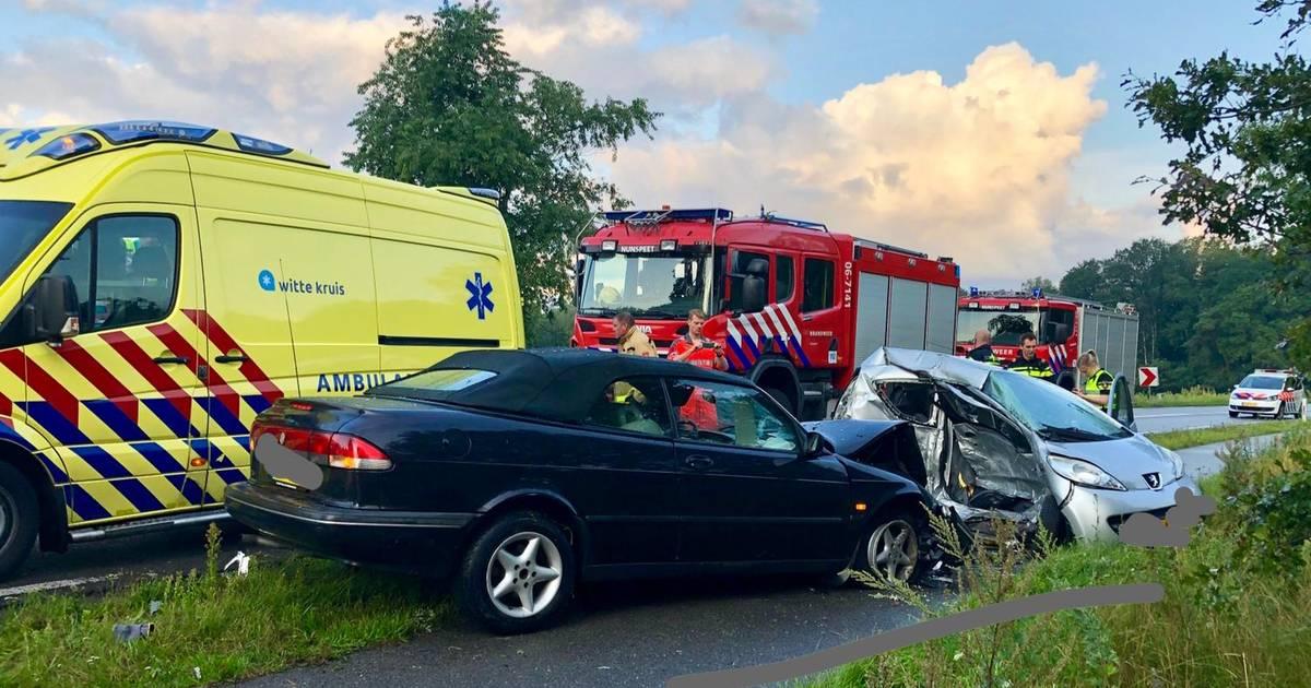 Twee gewonden bij botsing op Eperweg.