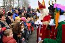 Honderden kinderen wachten geduldig op een ontmoeting met de Sint.