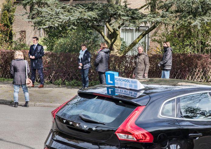 Overlast van rijles auto's in onder andere de George Washingtonlaan. Wethouder Björn Lugthart kwam een kijkje nemen en om in gesprek te gaan met buurtbewoners.