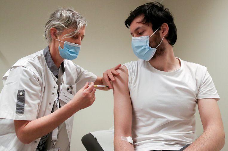 Een test met het coronavaccin van CureVac. Bij de proeven bleek dat het vaccin maar voor 47 procent beschermt tegen corona. Beeld Reuters