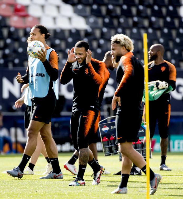 Virgil van Dijk (links) en Memphis (rechts ernaast) op de training.