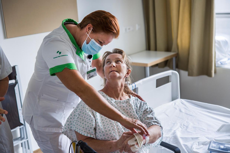 Deze niet-gevaccineerde patiënt is onlangs van de intensive care gekomen. Beeld Arie Kievit