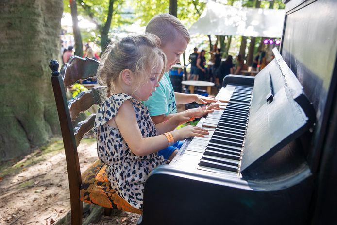 Twee kinderen aan de piano op het Play Festival.