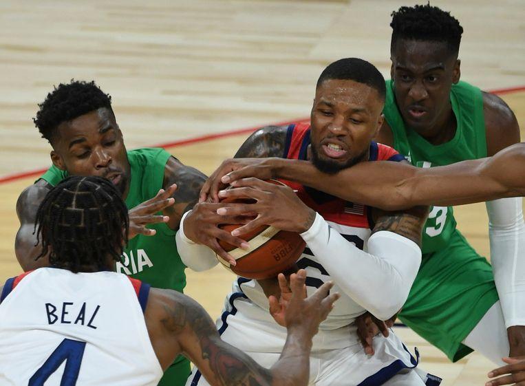 Damian Lillard komt niet door de Nigeriaanse defensie heen in een verloren oefenduel. Beeld AP