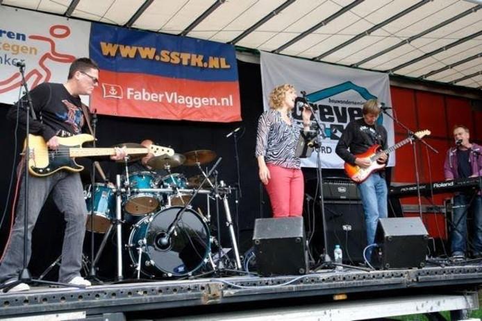 Poprock-coverband DIFFERENT speelt op het buitenpodium van café The Bottom in Emmeloord.