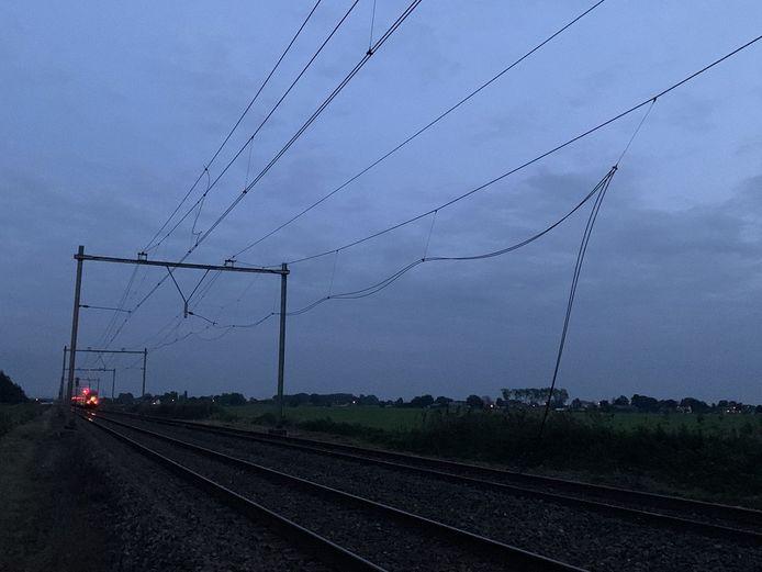 De beschadigde bovenleiding bij Keverdijk tussen Naarden-Bussum en Weesp.