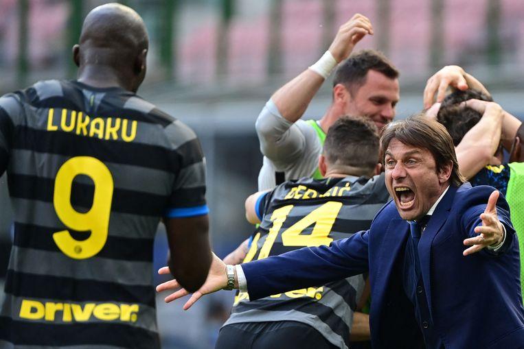 Inter-coach Antonio Conte wil Lukaku in de armen sluiten. Inter is nu kampioen, maar hoelang blijft Conte nog bij de club? En is Inter groot genoeg voor de ambitie van Lukaku?  Beeld AFP
