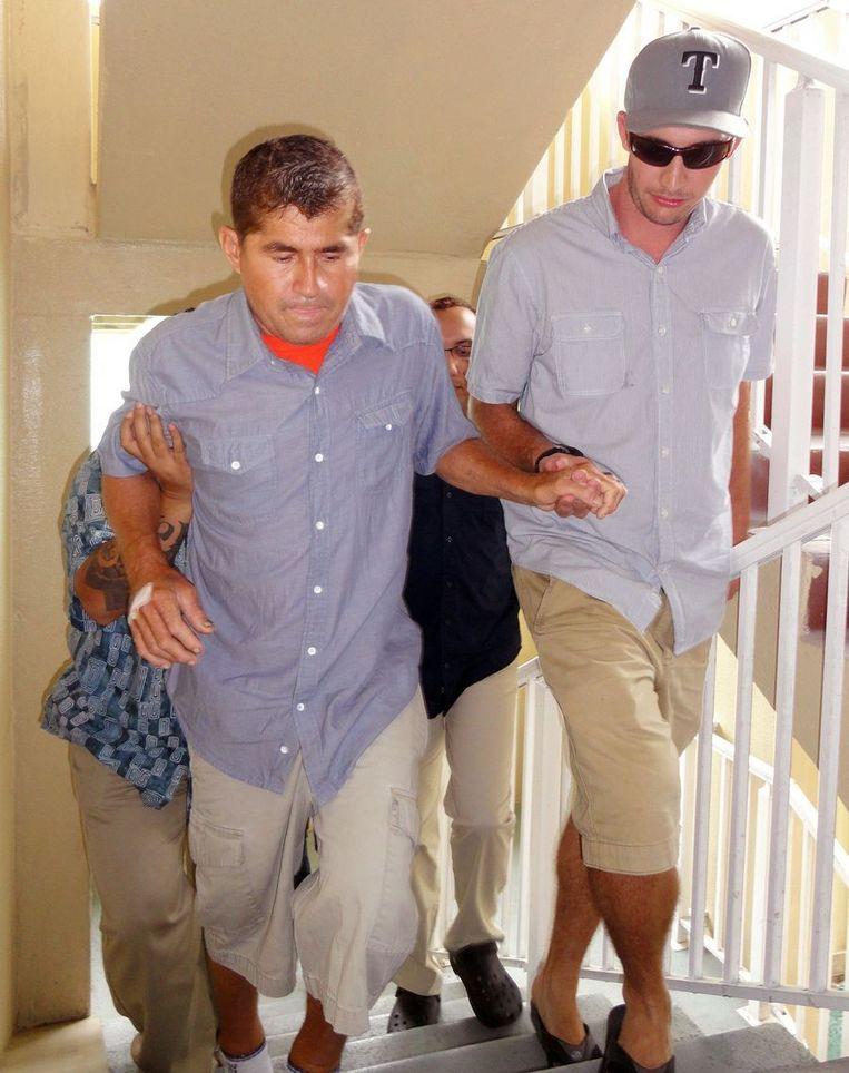 José Salvador Alvarenga (links) afgelopen donderdag, toen hij tijdens een nieuwe persconferentie een veel breekbaarder indruk maakte dan enkele dagen eerder. Beeld AFP