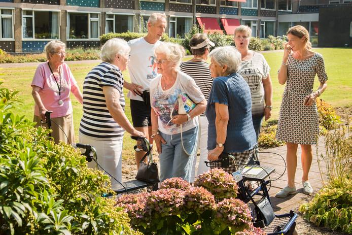 Bewoners van Ruiterbos met elkaar in overleg.