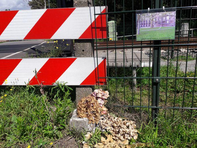 Bij de spoorwegovergang nabij Heukelom, waar in juli een wielrenner uit Moergestel verongelukte, verwijst een kaartje naar het landelijk monument voor spoorwegongevallen in Utrecht