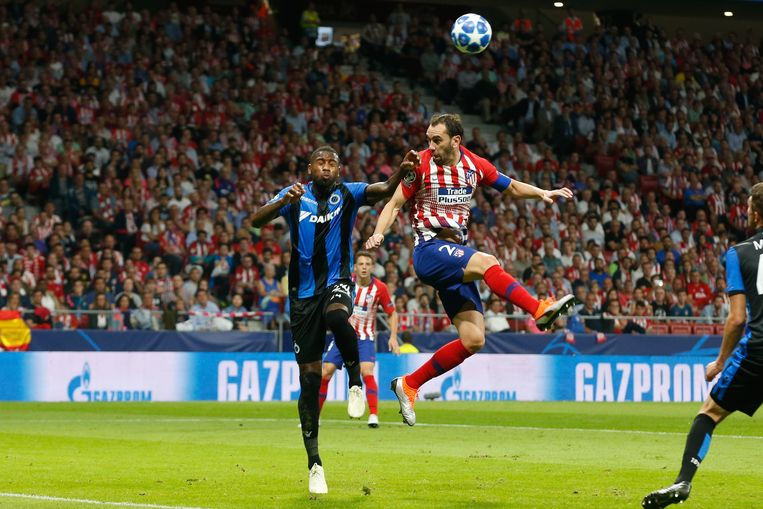 Atlético-verdediger Diego Godín in een luchtduel met Stefano Denswil. Beeld BELGA