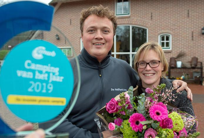 Bart en Kirsten Looijmans met de trofee die hoort bij de titel Mooiste groene camping van Nederland.