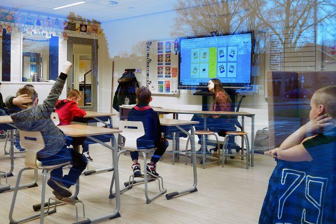 Klassikaal les op De Fakkel in Roosendaal: in het speciaal onderwijs wordt veel gewerkt met pictogrammen: beelden op het digibord waarmee kinderen hun emoties kunnen aangeven.