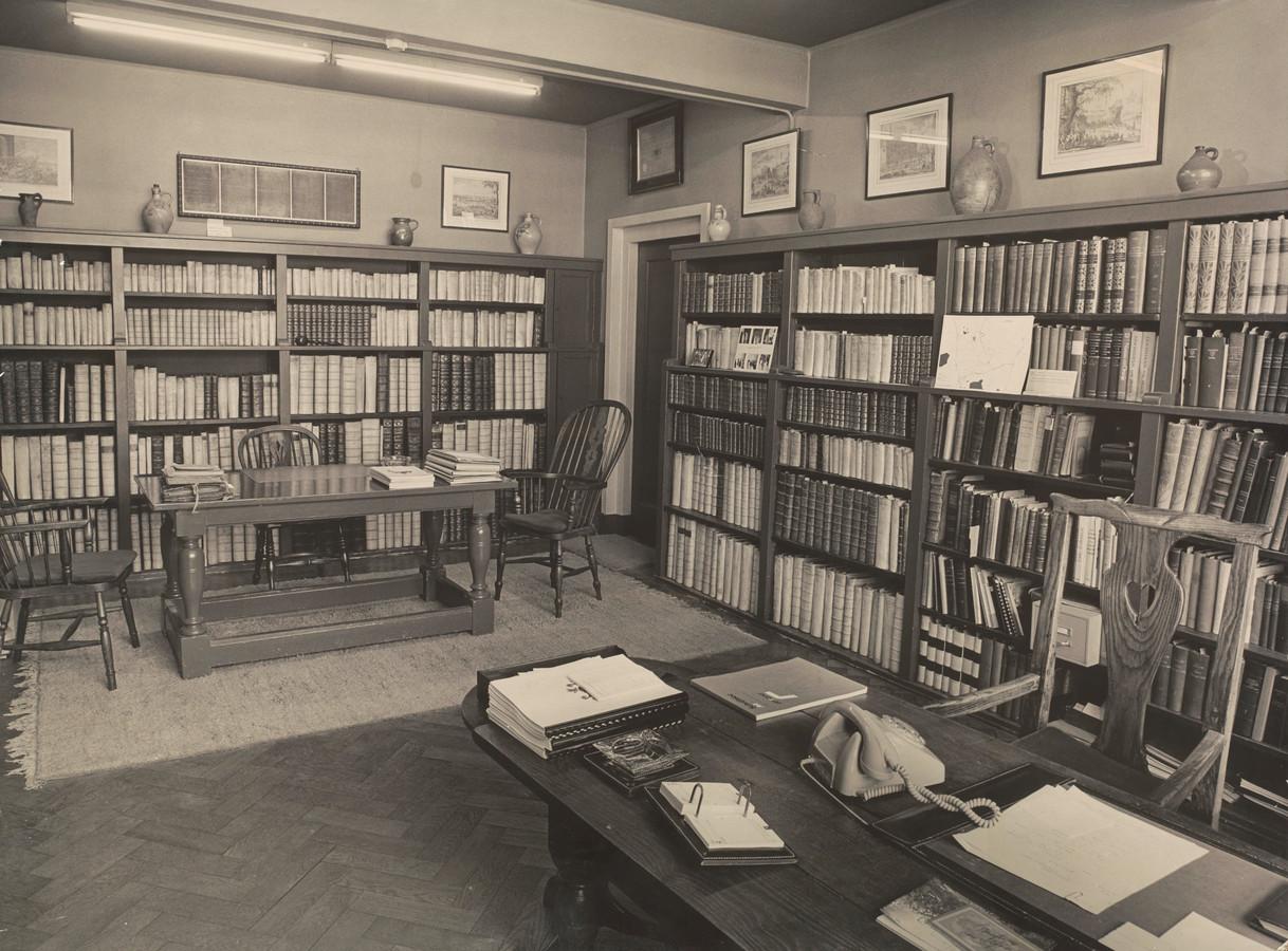 De werkkamer van Frans Brekelmans op het Stadserf, met op de achtergrond de magistraatsbibliotheek.