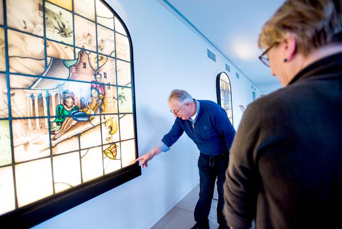 Jan en Ger van Oldeniel bij een van de ramen die ze aan Musis hebben geschonken.