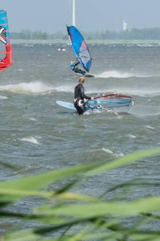 Surfers op Strand Horst: 'Deze wind, daar moet je gewoon even van genieten'