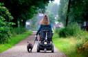Ilse van Kemenade rijdt in haar rolstoel met haar hond, de Franse bulldog Twiggel in de omgeving van haar appartement.