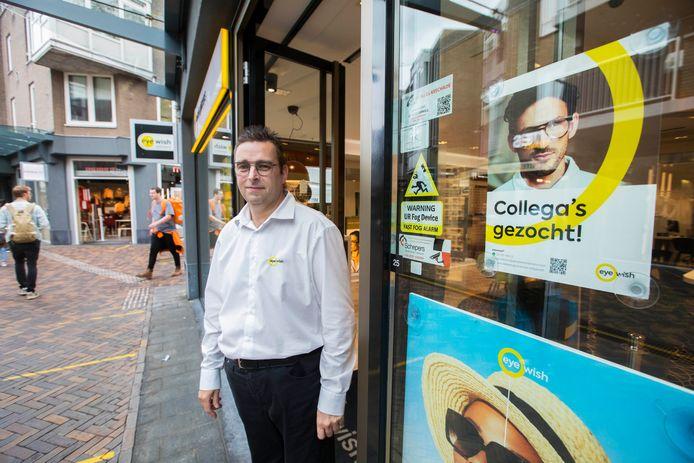 Wouter Hamers van Eyewish Opticiens is net als veel collega's in het Stadshart op zoek naar personeel.