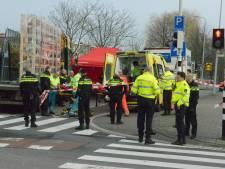Fietser zwaargewond bij aanrijding met vrachtwagen op Schenkkade