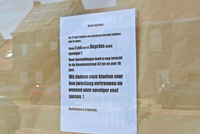 Aan de etalage hangt een boodschap voor de vele trouwe klanten.