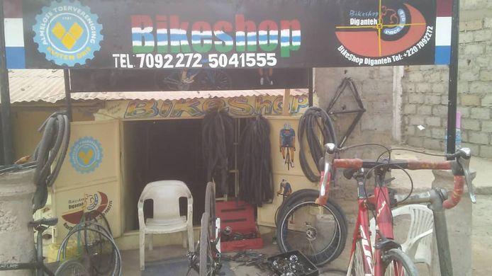 De fietswinkel in de Gambiaanse hoofdstad Banjul, waarvan Johan Schipper de belangrijkste leverancier is.