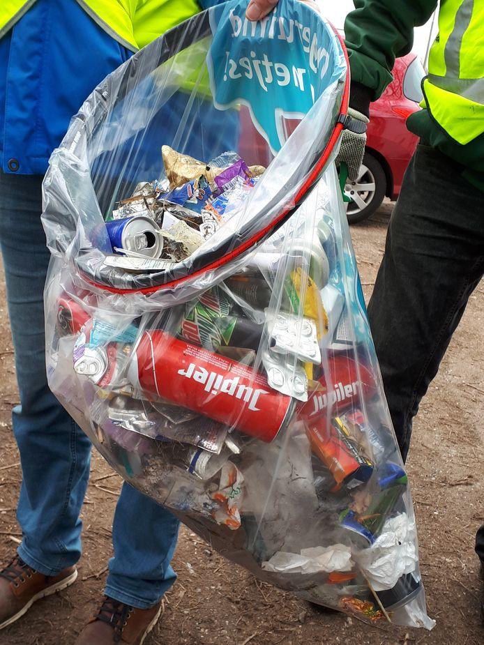 Een halfuurtje door de berm levert dit op: veel blikjes, en veel klein afval: stukjes plastic en stukjes piepschuim.