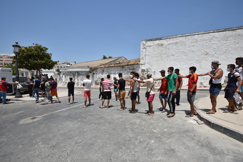 Liefdadigheidsorganisatie Caritas deelt voedsel uit aan migranten