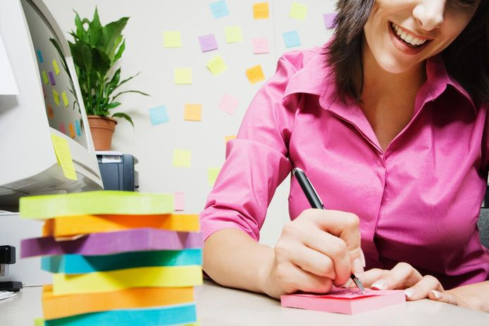 Gebruik post-its die je verspreidt over je hele woonst, waarop je de woorden schrijft van de voorwerpen in de taal die je wil leren.