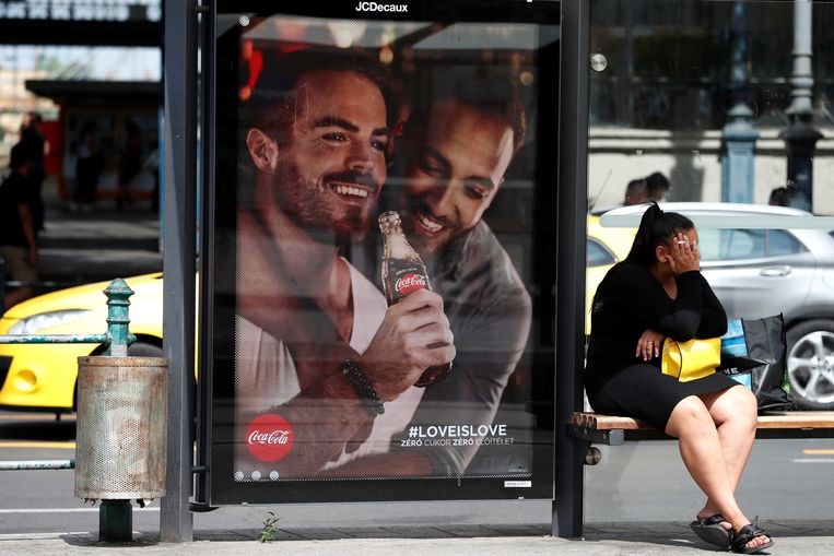 Advertenties als deze van Coca-Cola zullen uit het Hongaarse straatbeeld verdwijnen.  Beeld REUTERS