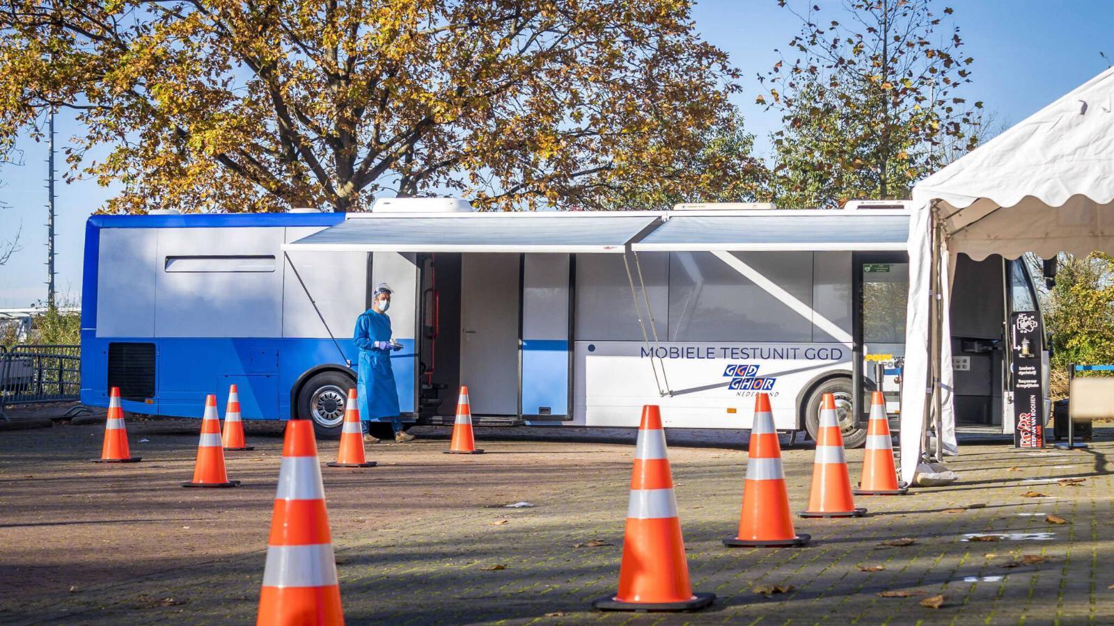 Vanaf morgen kunnen Urkers zich laten testen in een bus bij winkelcentrum Urkerhard.