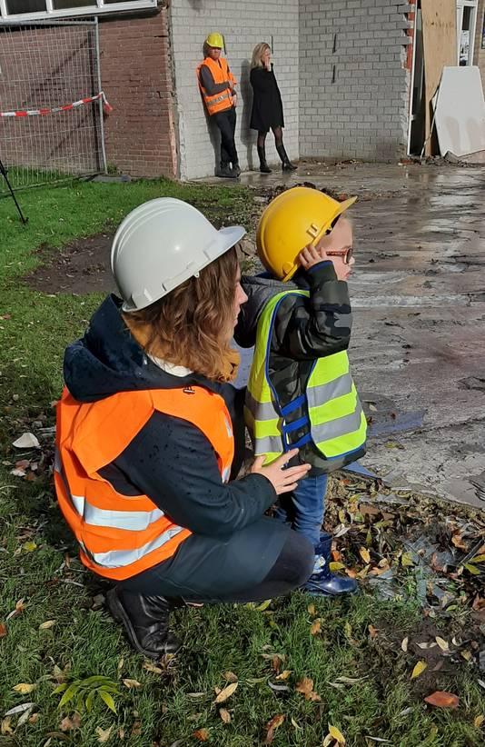 Start sloop basisschool De Stappen in Wouw. De kinderen zijn nogal onder de indruk van het werk.