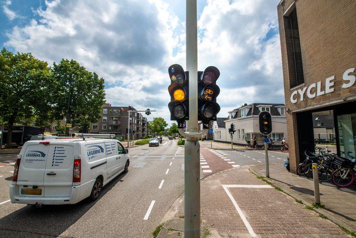 Buurtbewoners maken zich opnieuw zorgen over de 'ongelukskruising' van de Apeldoornse binnenstad.