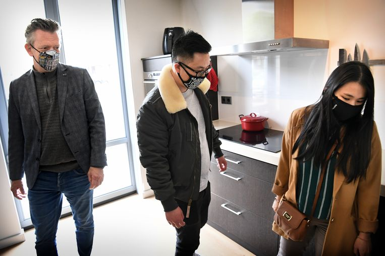 Benny Wong en zijn vriendin lopen met makelaar door een woning in de wijk De Groote Wielen in Rosmalen. Beeld Marcel van den Bergh / de Volkskrant