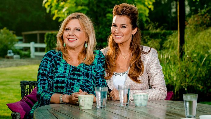 Presentatrices Loretta Schrijver en Quinty Trustfull in de tuin van de Koffietijd-villa.