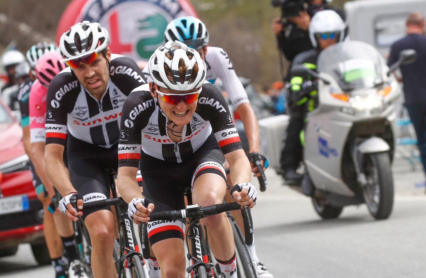 Sam Oomen sleurt in de Giro aan kop voor kopman Tom Dumoulin.